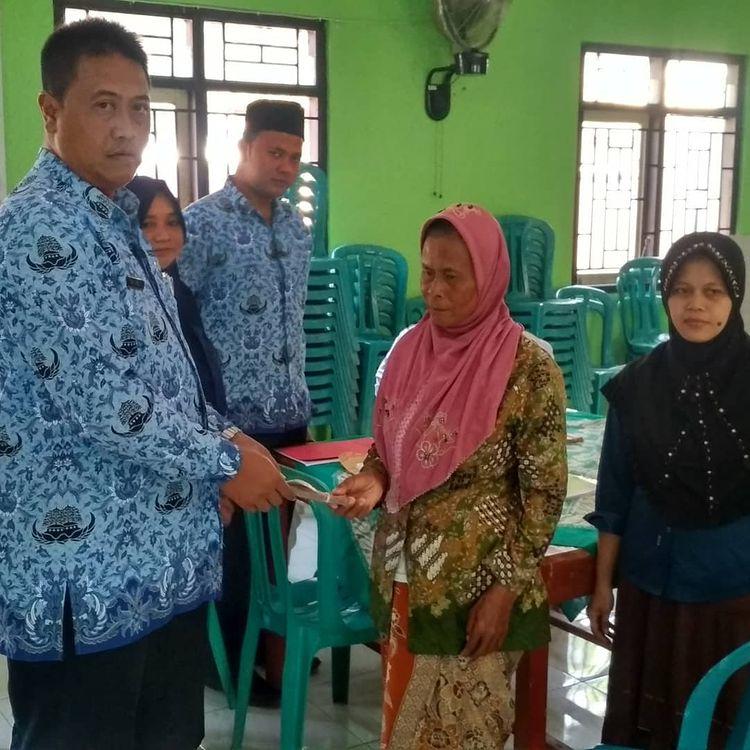 Image : Penyerahan bantuan RTLH Kepada Warga Salamkanci